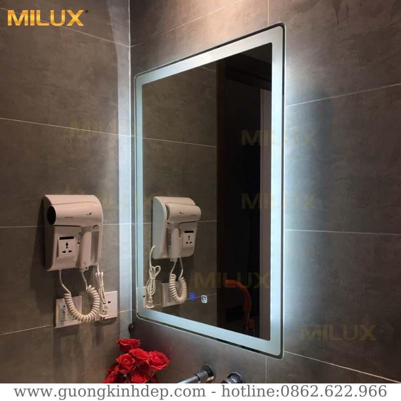 Gương nhà tắm tích hợp tính năng sấy gương hiện đại